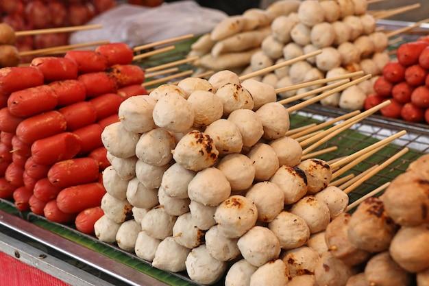 Boulettes de viande grillées et saucisses au street food