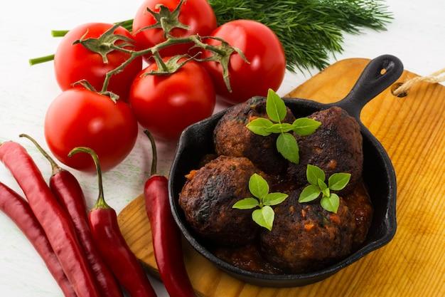Boulettes de viande grillées servies dans une poêle
