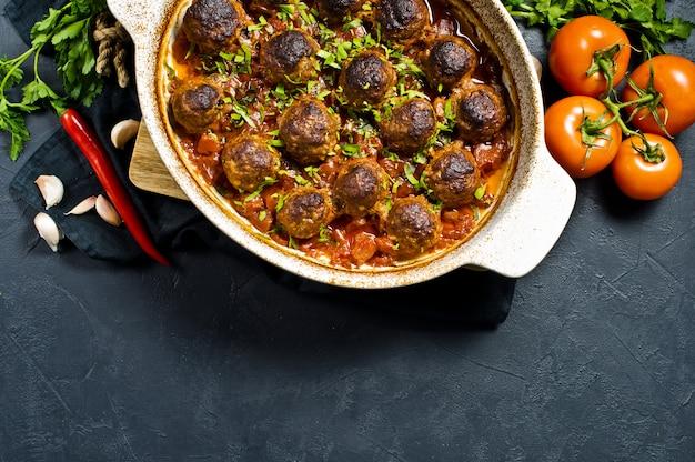 Boulettes de viande italiennes à la sauce tomate dans un plat allant au four.