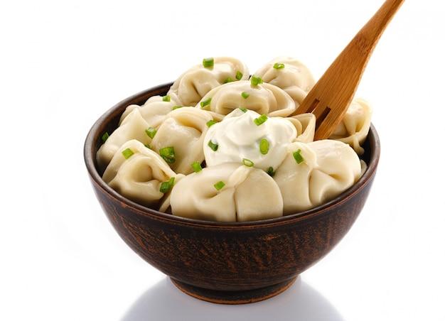 Boulettes de viande maison - pelmeni russe. dumplings, remplis de viande sur blanc. isolé sur blanc
