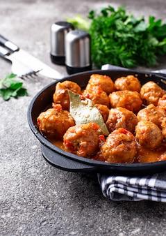 Boulettes de viande maison à la sauce tomate