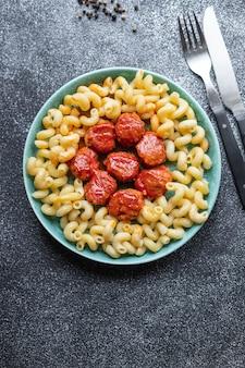 Boulettes de viande pâtes sauce tomate assiette deuxième plat portion