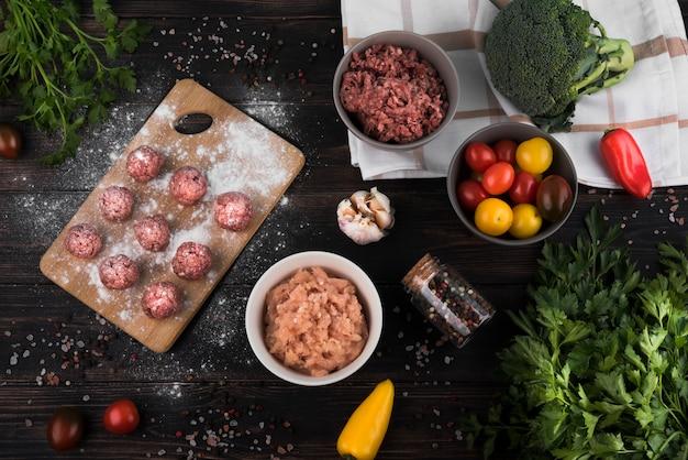Boulettes de viande à plat, hydromel haché et ingrédients