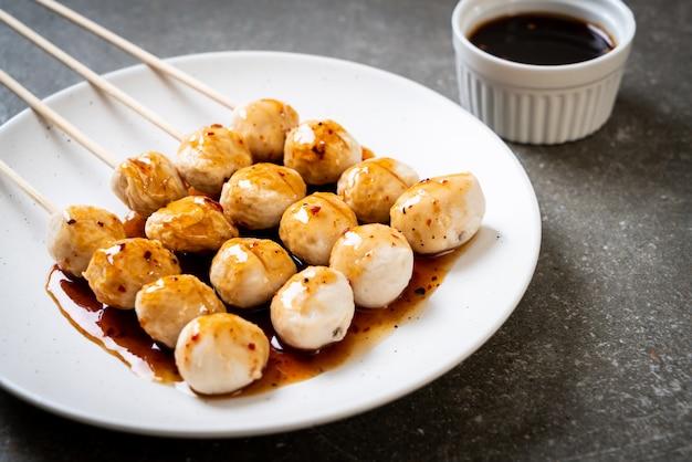 Boulettes de viande de porc grillées avec sauce chili douce