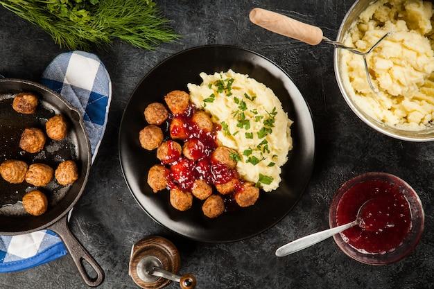 Boulettes de viande et purée de pommes de terre