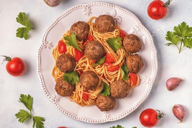 Boulettes de viande rôties aux spaghettis