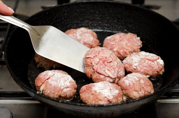 Boulettes de viande rôties à la poêle noire