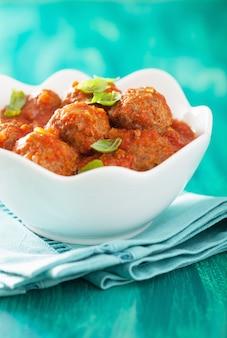 Boulettes de viande à la sauce tomate dans un bol