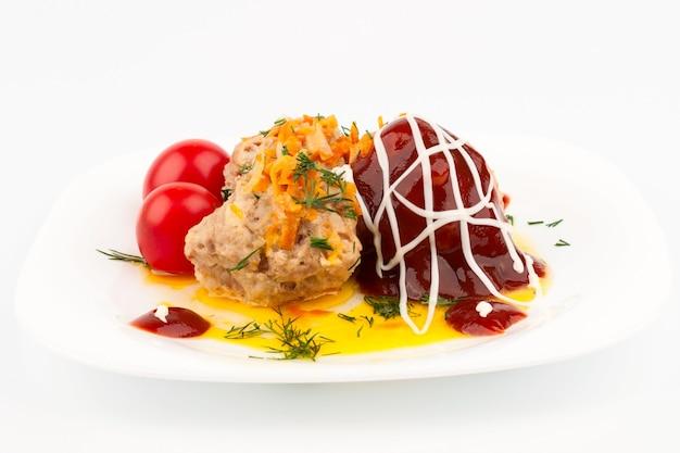 Boulettes de viande à la sauce tomate farcies de tomates cerises