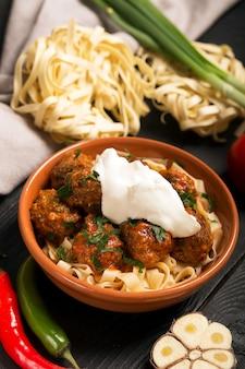 Boulettes de viande à la sauce tomate et pâtes, gros plan