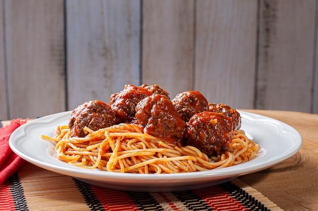 Boulettes de viande à la sauce tomate et pâtes