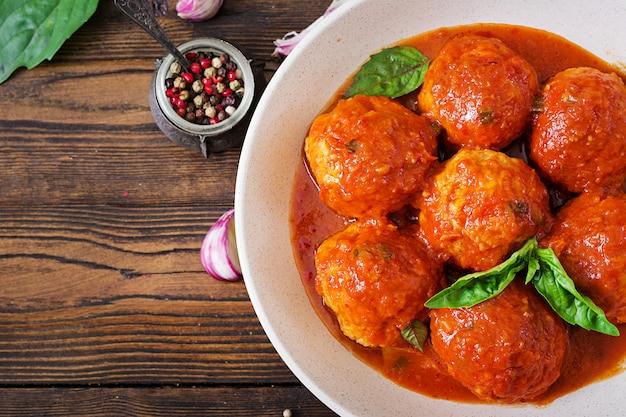 Boulettes de viande à la sauce tomate et rôties au pesto au basilic. dîner. nourriture savoureuse. vue de dessus. pose à plat