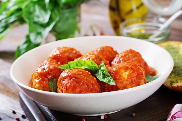 Boulettes de viande à la sauce tomate et toasts au pesto au basilic. dîner. nourriture savoureuse.