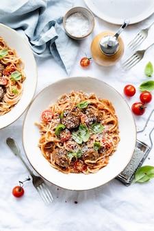 Boulettes de viande spaghetti garnies de parmesan et de basilic