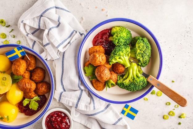 Boulettes de viande suédoises au brocoli, pommes de terre bouillies et sauce aux canneberges. concept de cuisine traditionnelle suédoise.