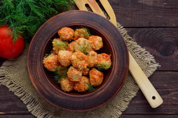 Boulettes de viande avec des verts dans un bol en argile. vue de dessus
