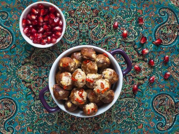 Boulettes de viande de viande juteuse aux épices. boulettes de poulet cajun dans une sauce crémeuse et des graines de grenade.