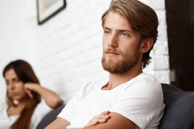 Bouleversé bel homme en querelle avec sa petite amie