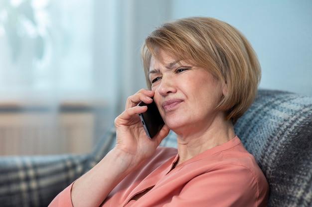 Bouleversé déçu frustré belle femme agacée, senior senior adult mature lady appelle