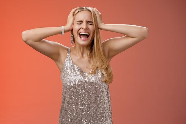 Bouleversé en détresse sous pression marre de paniquer jeune femme blonde en robe crier