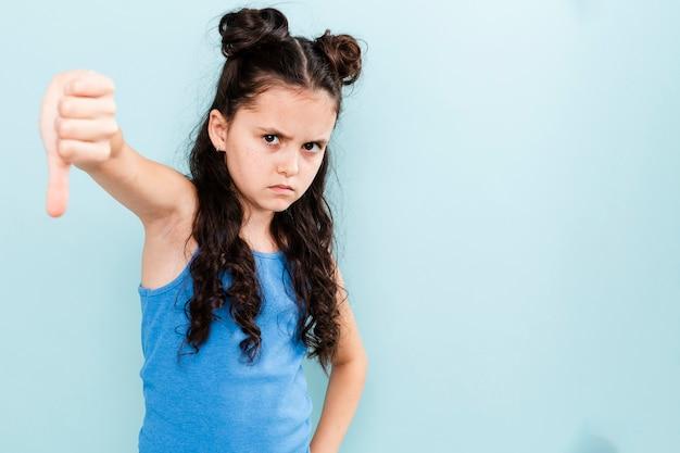 Bouleversé fille montrant malheureux signe