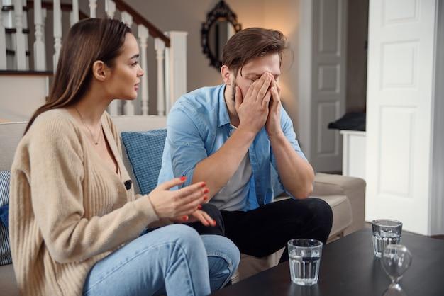 Bouleversé le jeune couple après une querelle à la maison