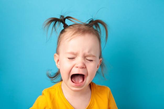 Bouleversé petite fille qui pleure. vue de dessus