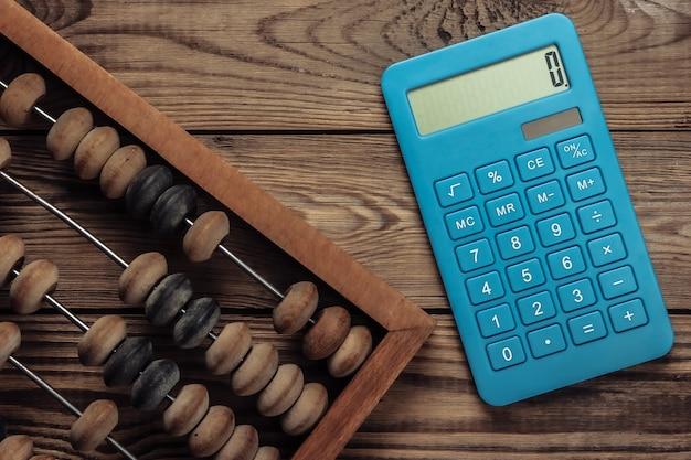 Boulier vintage et calculatrice sur un bois.
