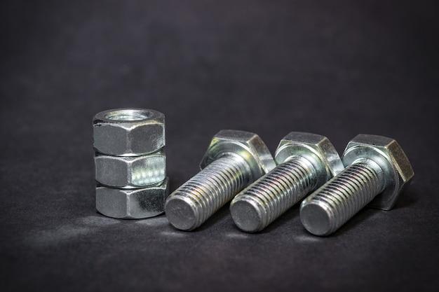 Des boulons et écrous métalliques sont utilisés dans la construction