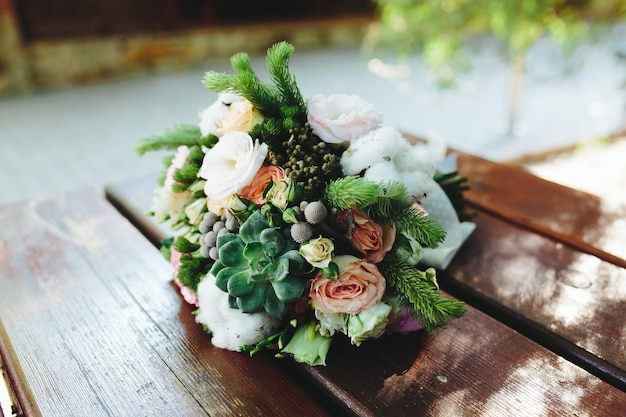 Bouque de fleurs dans une table
