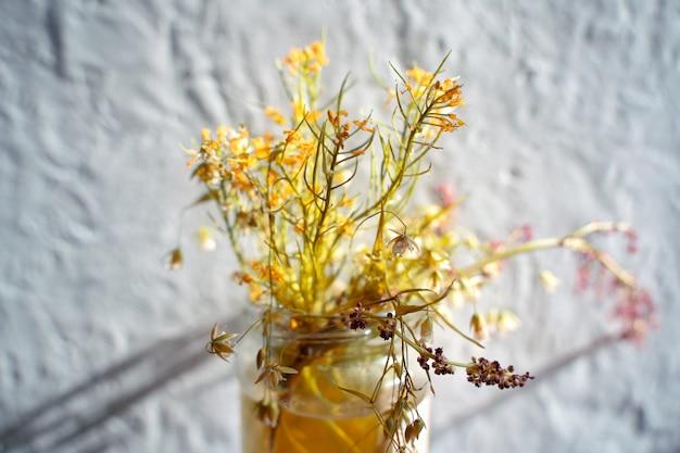 Bouquet abstrait de fleurs sauvages