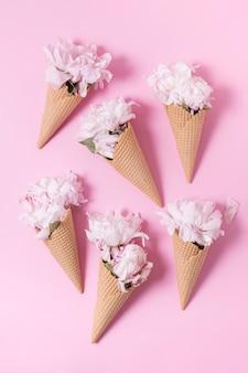 Bouquet abstrait de fleurs en vue de dessus de la crème glacée