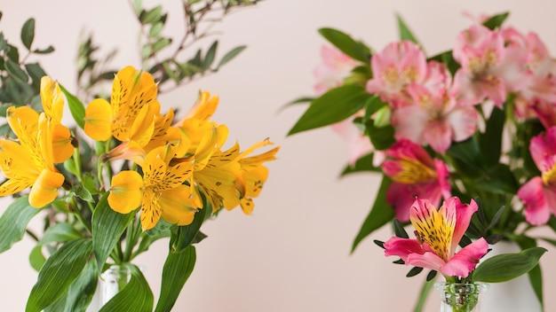 Bouquet d'alstroémères. bouquet de fleurs de printemps, le concept du printemps. copiez l'espace.