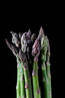 Bouquet d'asperges cultivées dans le noir