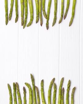 Bouquet d'asperges vertes fraîches sur la table de table en bois blanc.
