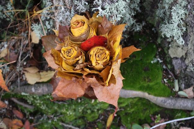 Bouquet d'automne de feuilles d'érable jaunes et de symphorines