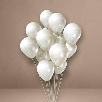 Bouquet de ballons blancs sur une surface beige
