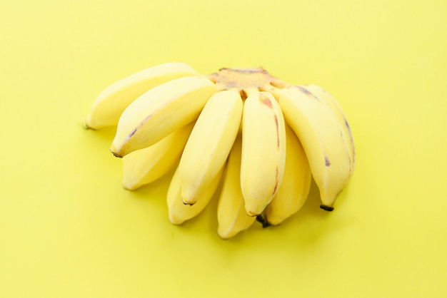 Bouquet de bananes sur des fruits jaunes frais et sains