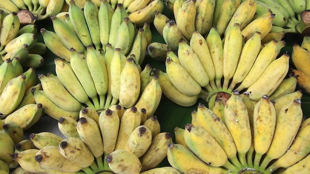 Bouquet de bananes mûres sur un marché de rue