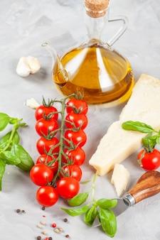Bouquet de basilic frais, tomates, parmesan, huile d'olive