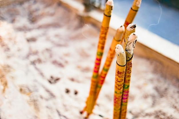 Bouquet de bâtons d'encens brûlants ou de bâtons d'encens