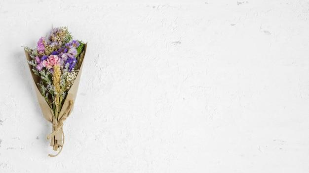Bouquet de beauté de fleurs séchées sur fond blanc rouillé