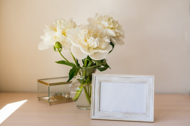 Bouquet de belle pivoine copy space célébration de la journée internationale de la femme fond de mur blanc intérieur scandinave