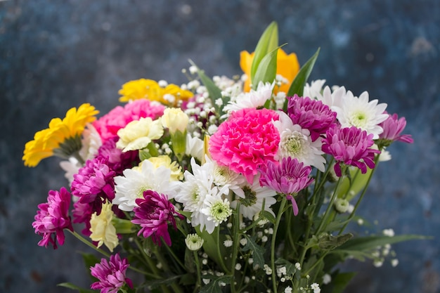 Bouquet de belles fleurs avec fond bleu