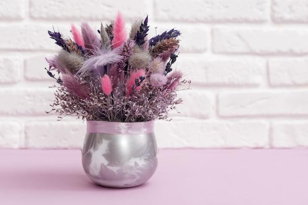 Bouquet de belles fleurs à la mode avec des plantes séchées