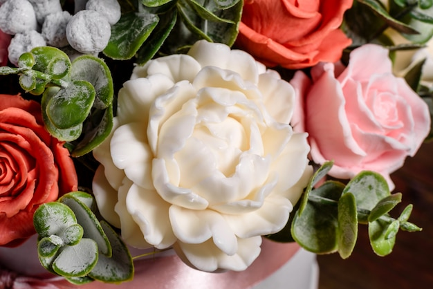 Bouquet de belles fleurs rose vif dans une boîte en carton cylindrique cadeau