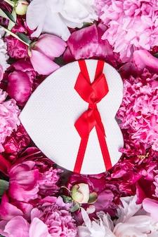 Bouquet de belles pivoines roses avec boîte-cadeau carte de voeux pour la fête de la saint-valentin