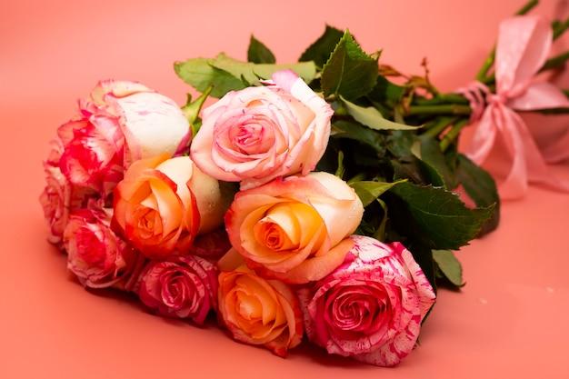 Bouquet de belles roses roses sur un gros plan de fond rose