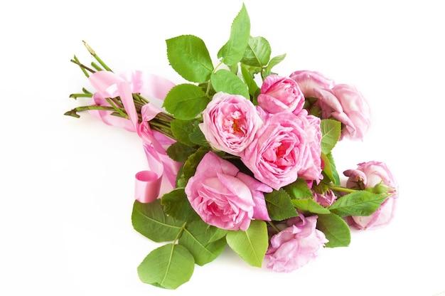 Bouquet de belles roses roses isolé sur fond blanc, gros plan