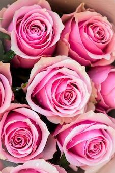 Bouquet de belles roses roses